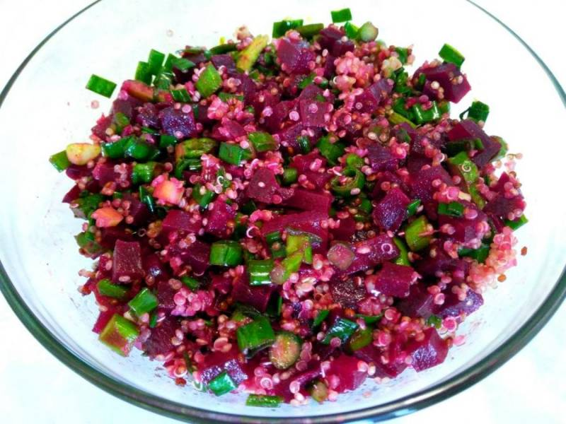 Перемешайте все ингредиенты, входящие в состав салата. При необходимости добавьте небольшое количество подсолнечного масла. Подавайте свекольный салат с киноа к столу сразу после приготовления.