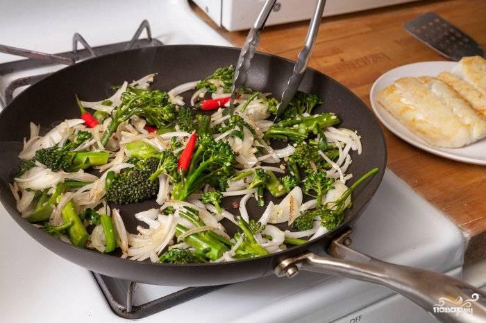 Теперь овощи: отправьте их на ту же сковороду обжариваться. Лук, брокколи, имбирь, добавьте перец горошком (можете его ножом раздавить), а также перчик чили (они маленькие, кладем целыми). Пока овощи обжариваются, смешайте бульон, крахмал (2 ст.л.) и соевый соус. Спустя 4 минуты после обжаривания, добавьте смесь полученную на сковороду и доведите до кипения.