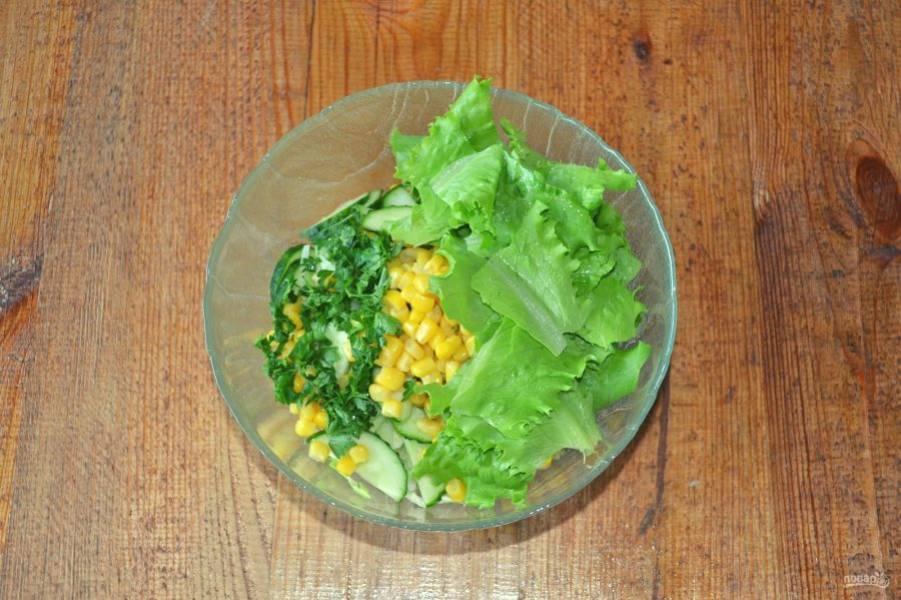 Я также добавила измельченную зелень и листья салата.