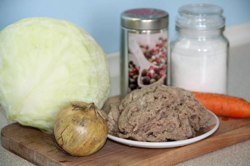 1. Вот перед вами все ингредиенты, которые будут использованы при приготовлении капустного супа с фрикадельками.