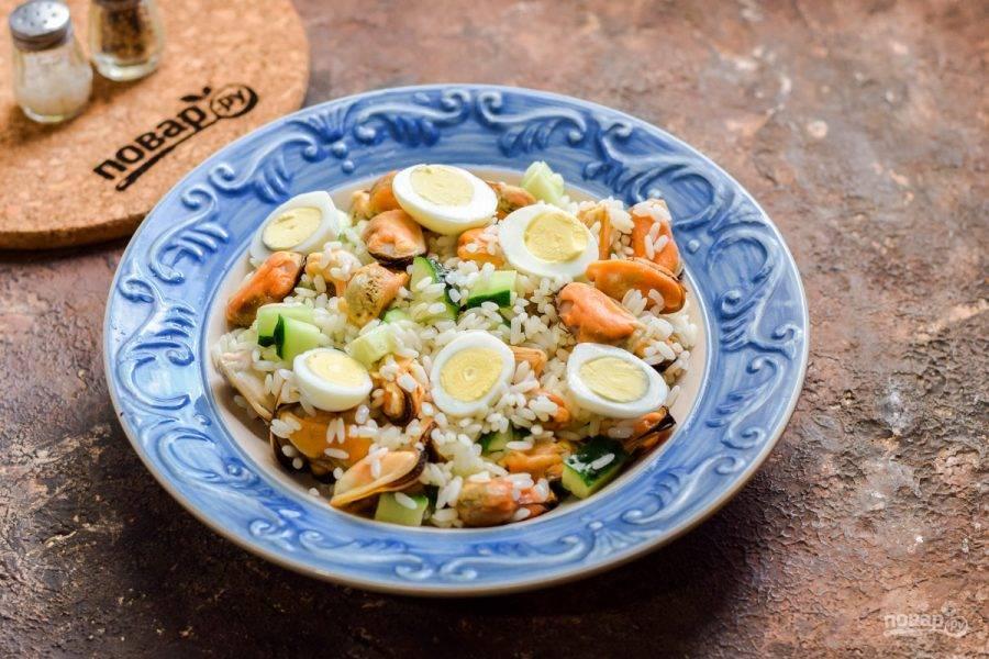 Переложите салат в тарелку, добавьте перепелиные яйца. Подавайте к столу.