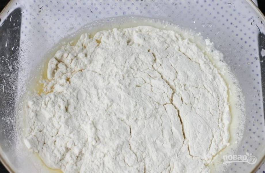 Просейте пшеничную муку высшего сорта через сито несколько раз и введите ее к жидким ингредиентам.