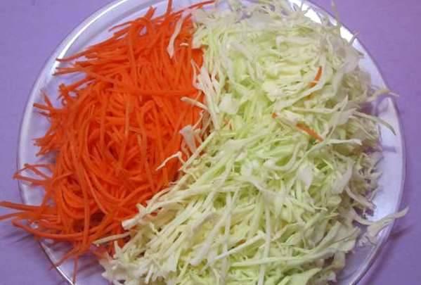 Белокочанную капусту шинкуем, а морковь трем на крупной терке.