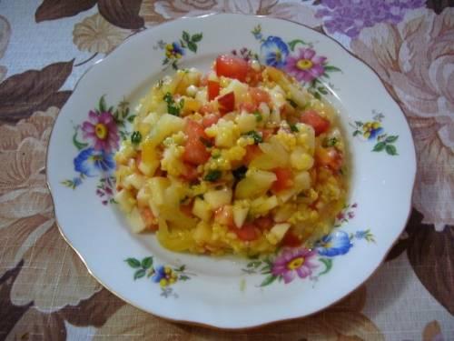 Выложите на блюдо крупу, сверху выложите все подготовленные ингредиенты и заправьте маслом, лимонным соком, добавьте соль и перец.