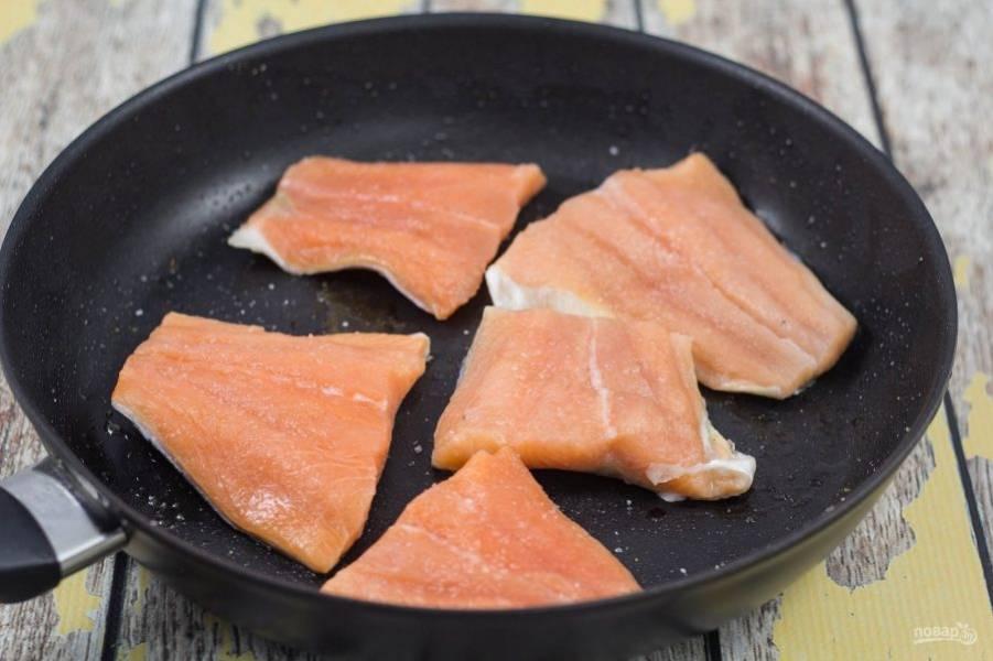 2. На разогретом масле обжарьте кусочки лосося по 2-3 минуты с каждой стороны. Всыпьте соль и перец по вкусу. Потом рыбу разберите на мелкие кусочки.