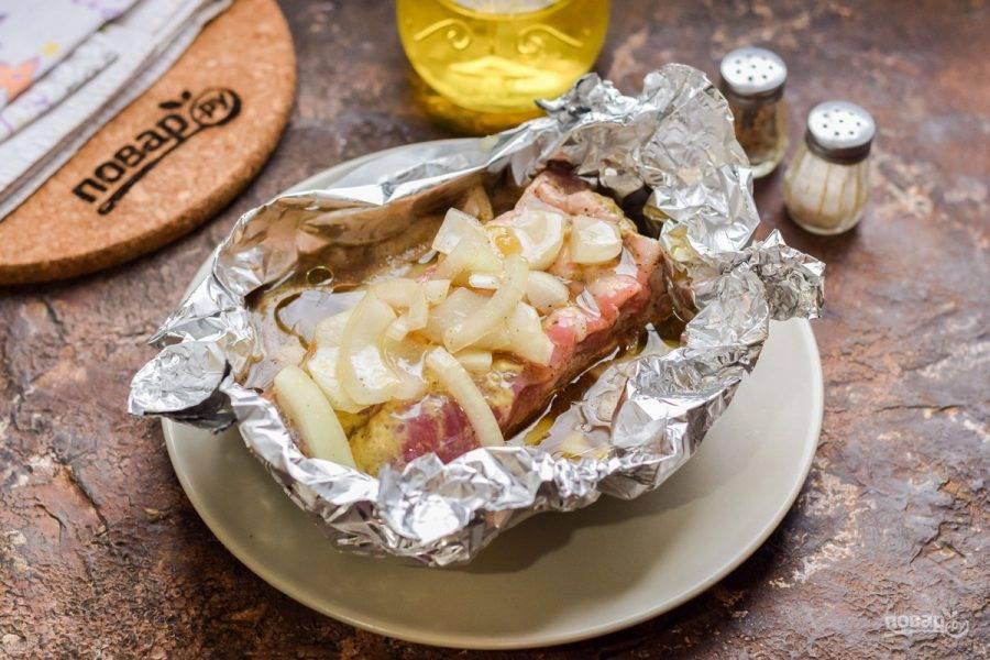 Из фольги сделайте форму, выложите мясо, залейте пивом, добавьте ложку масла и запекайте при 180 градусах 80-90 минут.