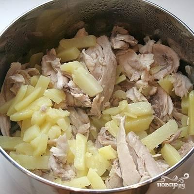Варим картофель с курицей еще около 20 минут. Затем бульон процеживаем, мясо курицы очищаем от костей.