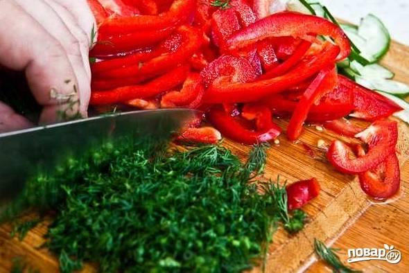5. Вымойте, обсушите и измельчите пучок свежей зелени.