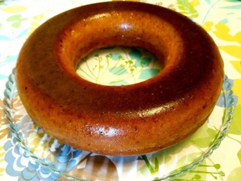Оставьте пирог на 5-7 минут в выключенной духовке, выньте и дайте полностью остыть, по желанию, посыпьте верх готового изделия сахарной пудрой.