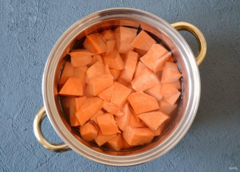 Батат поставьте вариться до мягкости на среднем огне. В конце добавьте специи и соль.