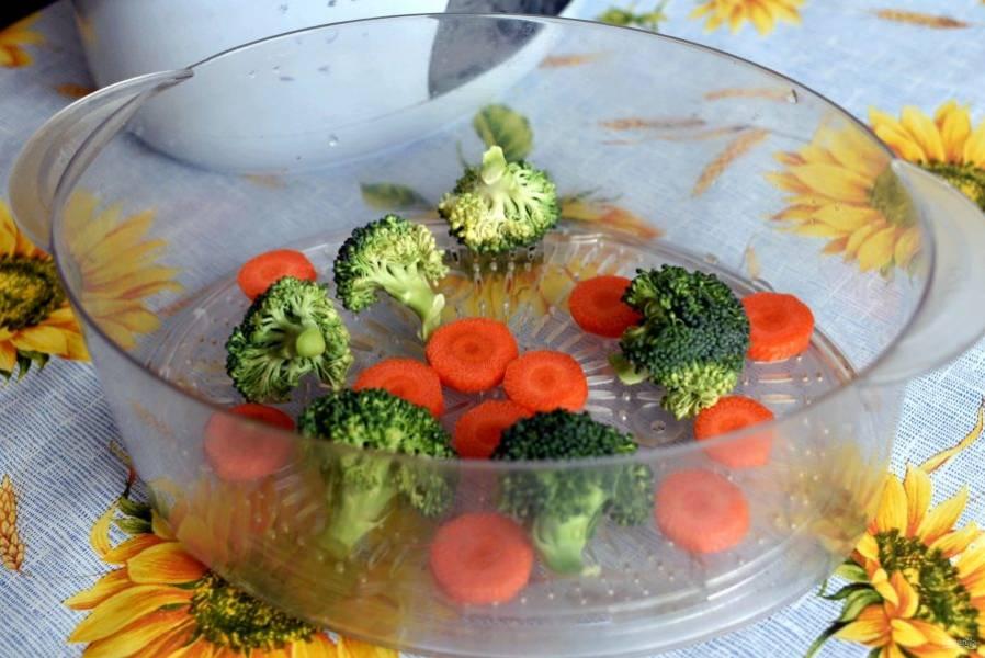 За 7 минут до готовности добавьте в пароварку морковь, нарезанную кружочками, и брокколи. Вы получите полезный гарнир.