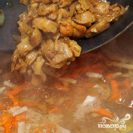 Когда грибы приготовлены, добавьте их, вместе с луком, в кастрюлю.