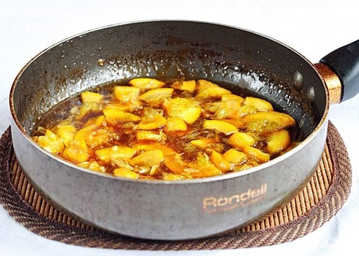Приготовьте соус. Закарамелизуйте сахар на сухой сковороде. Затем добавьте к нему масло. Также внесите натёртую цедру апельсина. Спустя 2 минуты добавьте нарезанную мякоть апельсина. Уварите соус, помешивая.