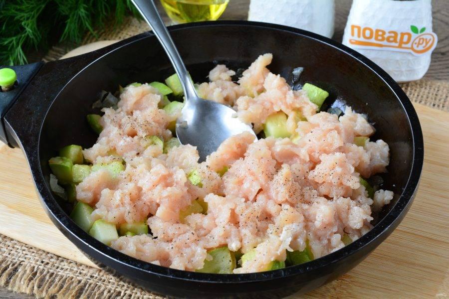 В сковороду добавьте куриный фарш, соль и черный перец по вкусу.
