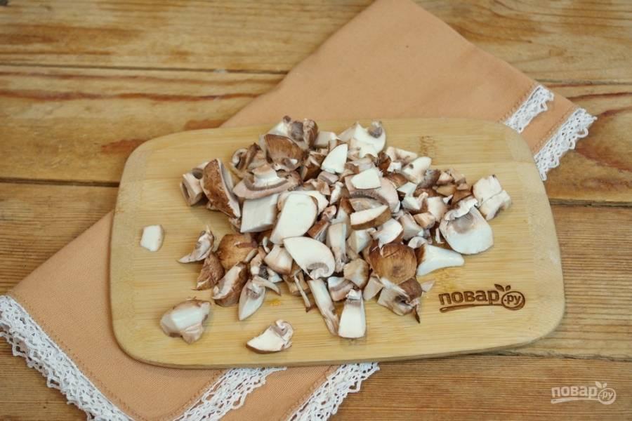 """Для приготовления кулайды нам необходимы грибы. Промойте их под проточной водой и нарежьте небольшими кусочками. Также для этого блюда можно взять лесные грибы, привычные шампиньоны или нечто среднее. В продаже имеются """" королевские шампиньоны"""" . Это обычные грибы с ярко выраженным ароматом и вкусом лесных грибов. Они очень вкусные и дают потрясающий навар."""