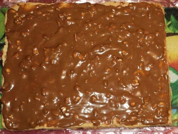 """10. Каждый корж обильно смазать кремом, в том числе верхний. Остатками крема промазать бока торта. Присыпать сверху орехами, тертым шоколадом и измельченными обрезками от коржа. Вот такой простой торт """"Фантазия"""" в домашних условиях готов!"""