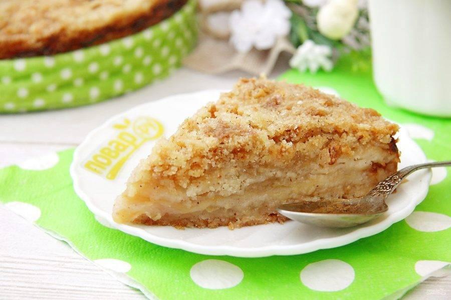 Яблочный пирог Юлии Миняевой готов. Дайте ему немного остыть, а затем нарежьте на порции и подавайте к столу. Приятного аппетита!