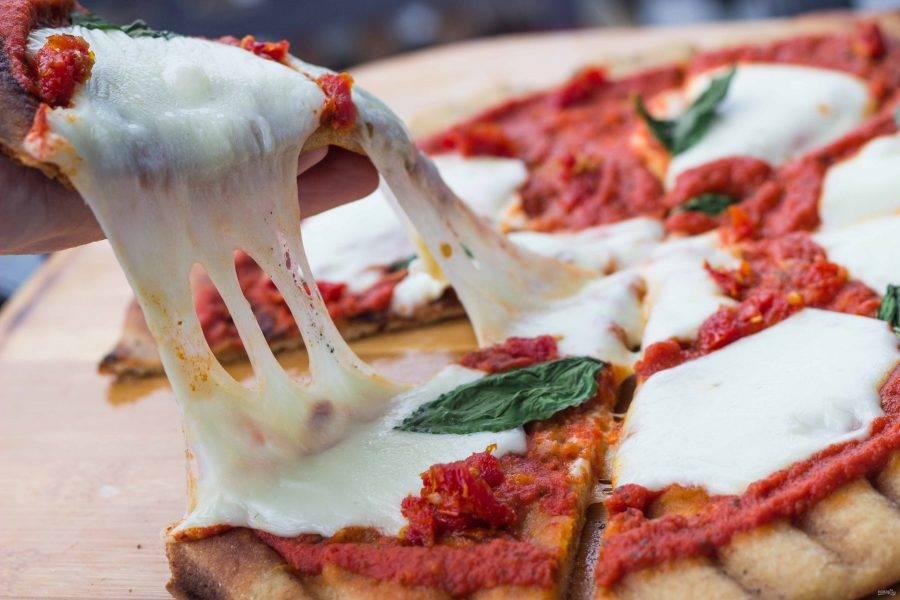7.Достаньте пиццу и сразу разрежьте ее на кусочки. Приятного аппетита!