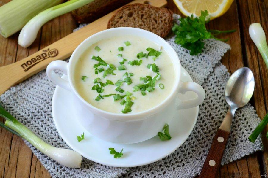 """Готовый суп """"Пармантье"""" подавайте в небольшой пиале, украсив зеленым луком. Приятного аппетита!"""