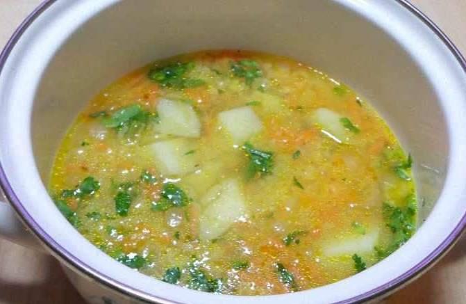 В кастрюлю набираем воду. Добавляем в нее размоченный горох. Варим около 40 минут, снимая пену. Затем уменьшаем огонь и добавляем обжаренные бекон и овощи. В это время очищаем картофель и нарезаем его небольшими кубиками. Добавляем картофель и варим суп еще около 15 минут. Солим, перчим, добавляем свежую зелень.