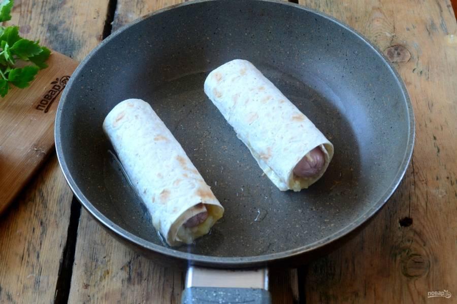 Обжарьте рулетики на сковороде со всех сторон до золотистого цвета.
