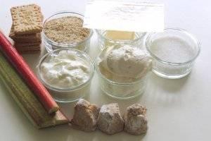 """Подготовим ингредиенты: стебли ревеня, клубнику, сливочное печенье, миндальную крошку, масло, сахар, ванильный сахар, желатин в пластинах, творог, сыр """"Маскарпоне"""", миндальное печенье """"Амаретти""""."""