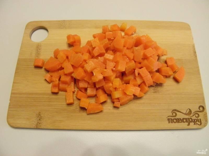 Вареную морковь порежьте кубиками.