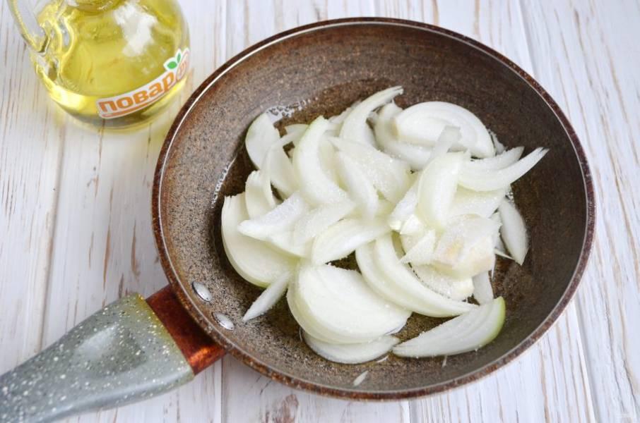 2. Порежьте крупную луковицу полукольцами, притрусите сахаром, обжарьте на растительном масле.