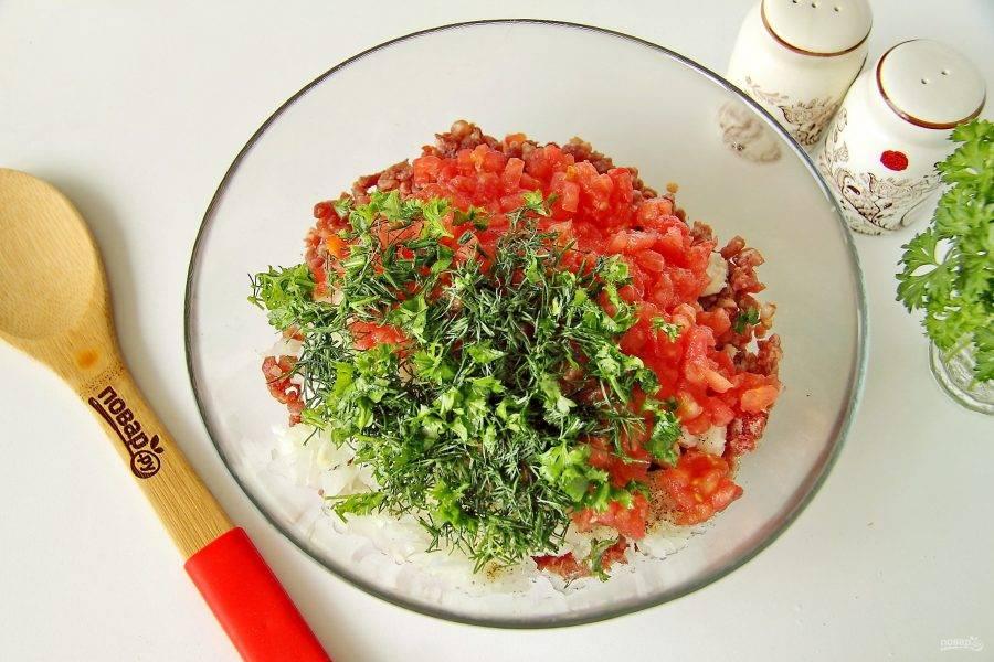 Затем добавьте нарезанные помидоры без сока и измельченную свежую зелень.