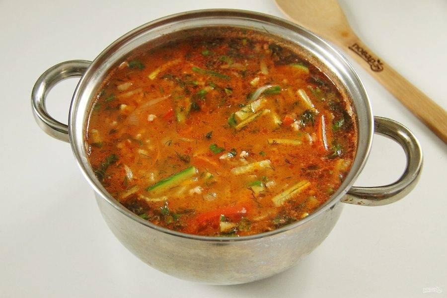 В конце по желанию добавьте свежую зелень. Снимите кастрюлю с огня и дайте настояться супу несколько минут.