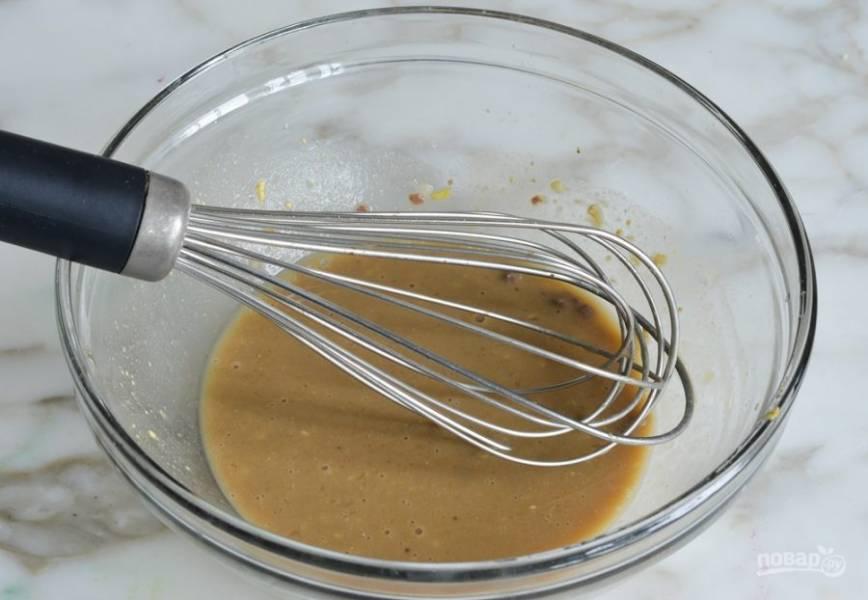 Добавляем измельченный чеснок в отдельную емкость, смешиваем с лимонным соком, дижонской горчицей, вустерширским соусом и анчоусной пастой.
