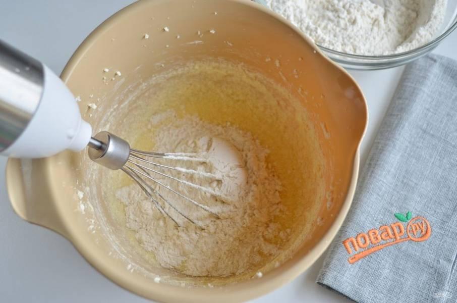 Небольшими порциями вводите муку. Когда масса станет густой, переходите на стол. Присыпьте его мукой и вывалите тесто, доведите его до готовности.