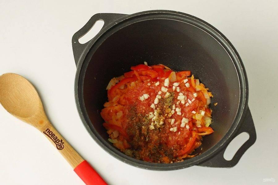 Обжарьте все вместе в течение двух минут и добавьте тертую на терке мякоть помидора (шкурку я выбрасываю). Добавьте нарезанный мелкими кубиками чеснок и любимые специи по вкусу.