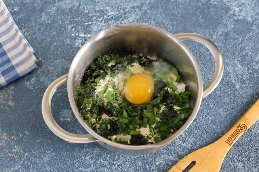 Добавьте измельченный шпинат, зеленый лук, укроп, муку, яйцо и соль по вкусу.