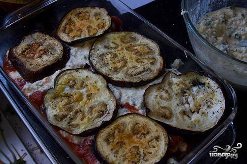 4. Вылить на дно формы для выпечки немного соуса Маринара. Выложить баклажаны в один слой. Затем добавить еще соус Маринара, а затем сырную смесь. Повторять слои до тех пор, пока не закончатся баклажаны. Закончить слои сырной смесью.