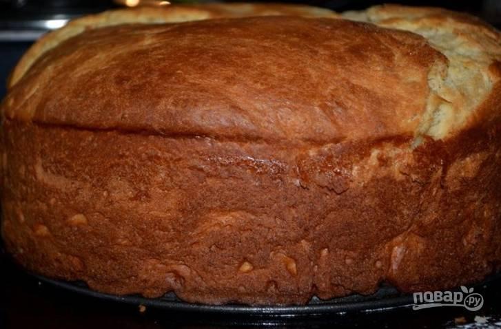 6.Смажьте пирог горячей водой и отправьте в разогретый до 170 градусов духовой шкаф на 45 минут.