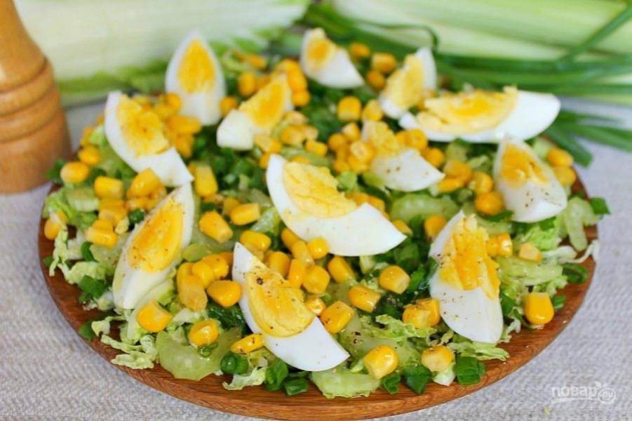 Готовый салат поливаем заправкой и подаем к столу. Приятного аппетита!