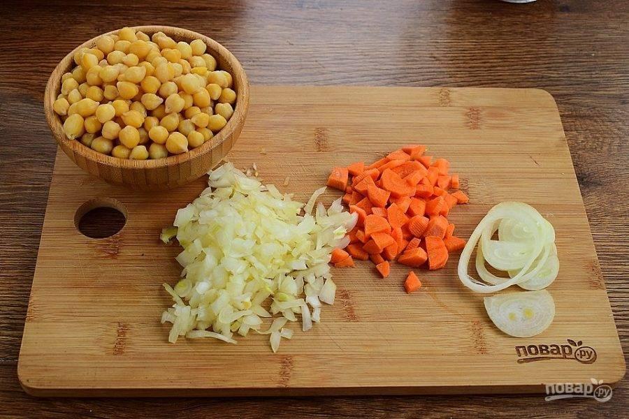 Морковь нарежьте кубиками, лук измельчите. Оставьте несколько колец лука для подачи.