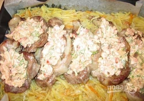Не выключая духовки, достаньте мясо. Смажьте его салатом и опять отправьте в духовой шкаф.