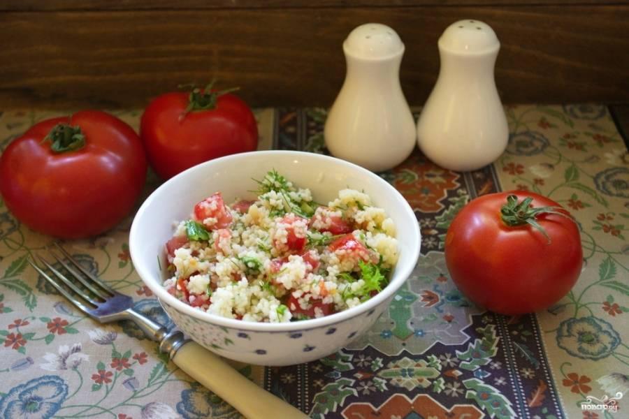 Подайте салат к столу, выложив его в пиалку или в глубокую мисочку.