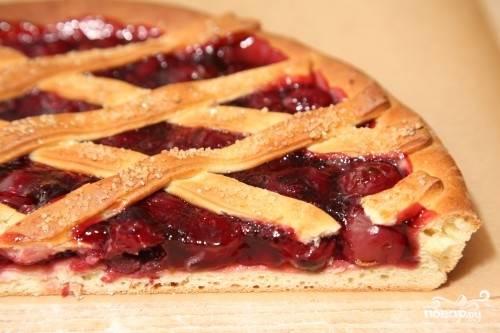Вот такой вишневый пирог на дрожжевом тесте получается в разрезе. Приятного аппетита!