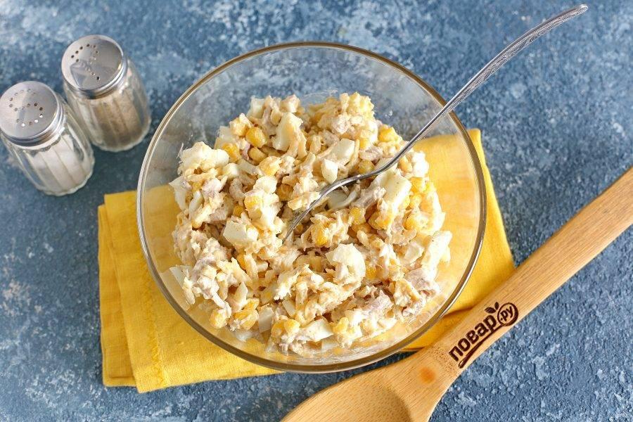 Заправьте салат майонезом, посолите и поперчите по вкусу. Хорошо перемешайте. Салат «Курица и кукуруза» готов.