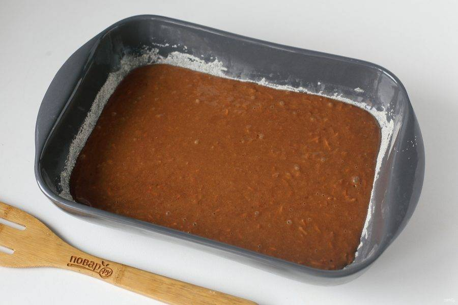 Перелейте тесто в смазанную маслом форму для запекания. Дно и бока предварительно обсыпьте мукой или манкой. Выпекайте пирог в духовке при температуре 180 градусов около 40 минут.
