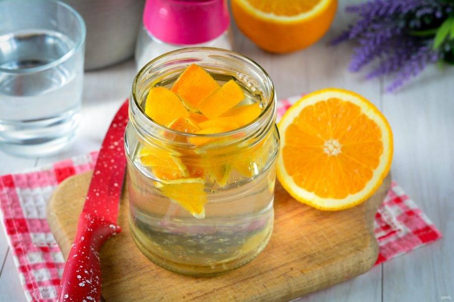 Залейте апельсины горячей водой. Оставьте на 15-20 минут, прикрыв крышкой.