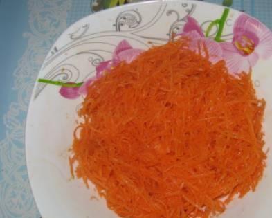 Морковь натрите на терке, добавьте соль, перец, специи и подсолнечное масло.