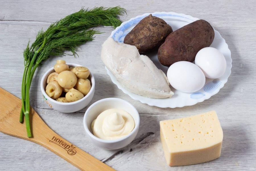 Подготовьте все необходимые ингредиенты. Заранее отдельно отварите в подсоленной воде картофель, грудку и яйца.