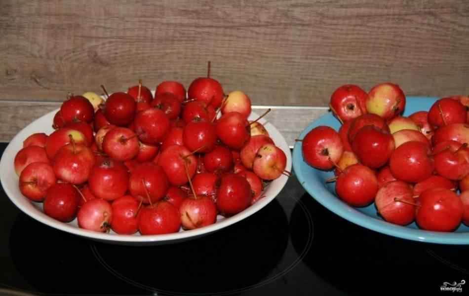 2.Подбираем одинаковые по размеру ранетки, чтобы они одновременно приготовились. Тщательно промываем и перебираем фрукты.