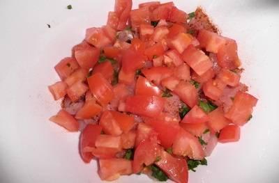 Крупно нарежьте помидоры, добавьте их к мясу.