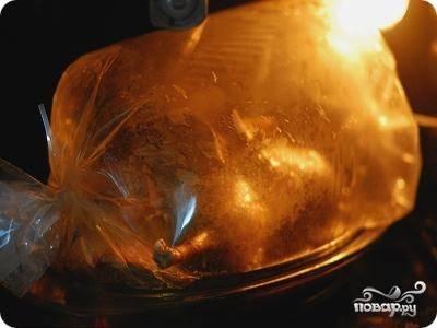 Разогреваем духовку до 200 градусов, запекаем утку в рукаве в течение двух или двух с половиной часов.