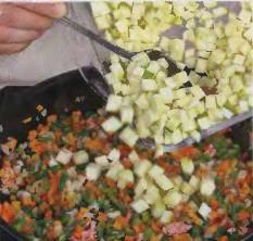 Бекон порезать тонкими полосками. В сковороде нагреть сливочное масло, жарить нарезанный бекон до золотистого цвета. Засыпать лук и обжаривать 4 минуты, непрерывно помешивая, до золотистого цвета. Далее добавить морковь и сельдерей, помешать и продолжать жарить. Через 5 минут добавить цуккини и фасоль, перемешать и готовить еще 4 мин.
